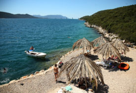 TRAGEDIJA U NEUMU Dječak (13) PREMINUO na plaži nakon izlaska iz vode