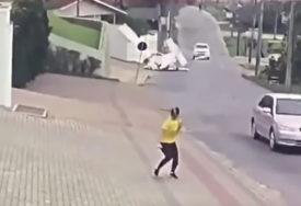 ZA DLAKU IZBJEGLI SMRT Pilot i putnik uspjeli da se izvuku iz aviona koji se ZAKUCAO U KUĆU (VIDEO)