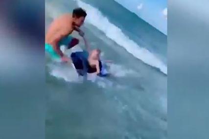 MALIŠAN PRED NALETOM AJKULE Hrabri policajac u posljednji trenutak spasio dječaka (VIDEO)