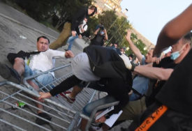 """""""BACI NOŽ, UDRI"""" Demonstranti istjerali jednog muškarca uz povike UHAPSITE GA"""