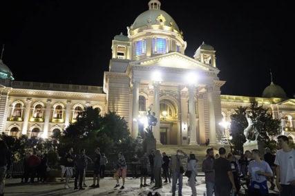 BLOKIRALI SAOBRAĆAJ Demonstranti ponovo ispred Skupštine Srbije
