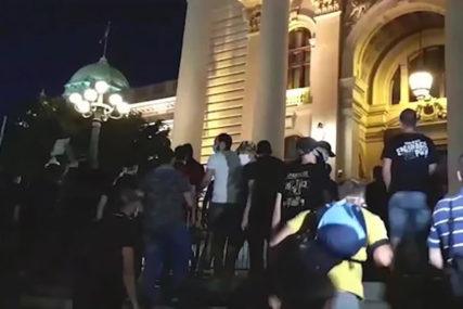 STRASTI SE NE SMIRUJU Grupa huligana divlja ispred Skupštine, bacili OGRADU NA STEPENIŠTE