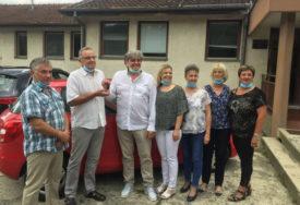 HUMANOST NA DJELU Radoš Bajić poklonio automobil medicinarima iz svog sela