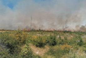 POŽAR KOD TREBINJA Vatra odbijena od kuća, trideset vatrogasaca na terenu