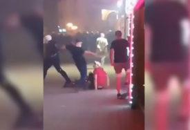 DOLIJAO NASILNIK Prijava protiv policajca koji je tokom protesta ŠUTIRAO DJEČAKA S AUTIZMOM