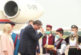VUČIĆ U SRPSKOJ Predsjednik Srbije na aerodromu dočekan uz hljeb i so (FOTO,VIDEO)