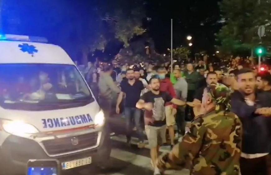 Dva mladića ZAUSTAVILA vozilo Hitne pomoći, ostali demonstranti UZALUD POKUŠALI da ih odgovore