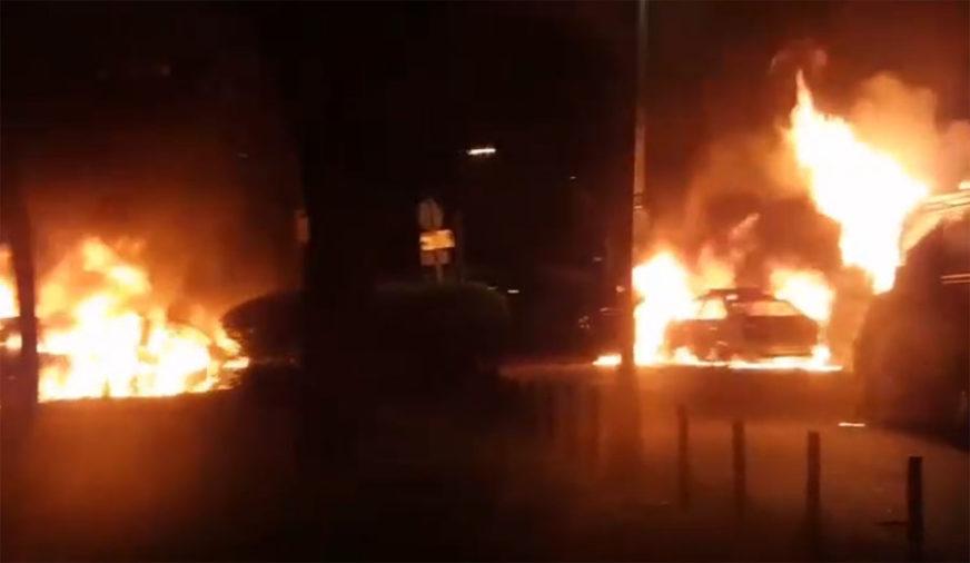 BUKTINJE KOD CRKVE SVETOG MARKA Zapaljena marica i dva policijska automobila (VIDEO)