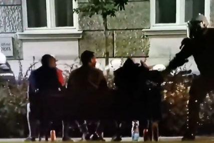 O NJIMA BRUJI INTERNET Policija ih ispendrečila i otjerala, oni se opet vratili na klupu (VIDEO)