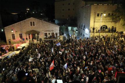 UHAPŠENO 55 OSOBA Demonstracije u Jerusalimu protiv Netanjahua razbijane vodenim topovima