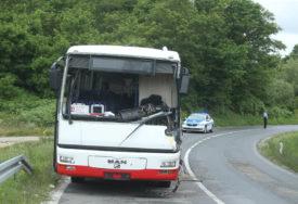 JOŠ UVIJEK VIDLJIVI TRAGOVI KRVI Detalji stravičnog sudara autobusa i kamiona (FOTO)