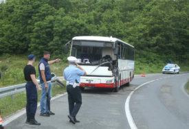 VAN ŽIVOTNE OPASNOSTI Vozač autobusa i jedan putnik imaju teške povrede nogu