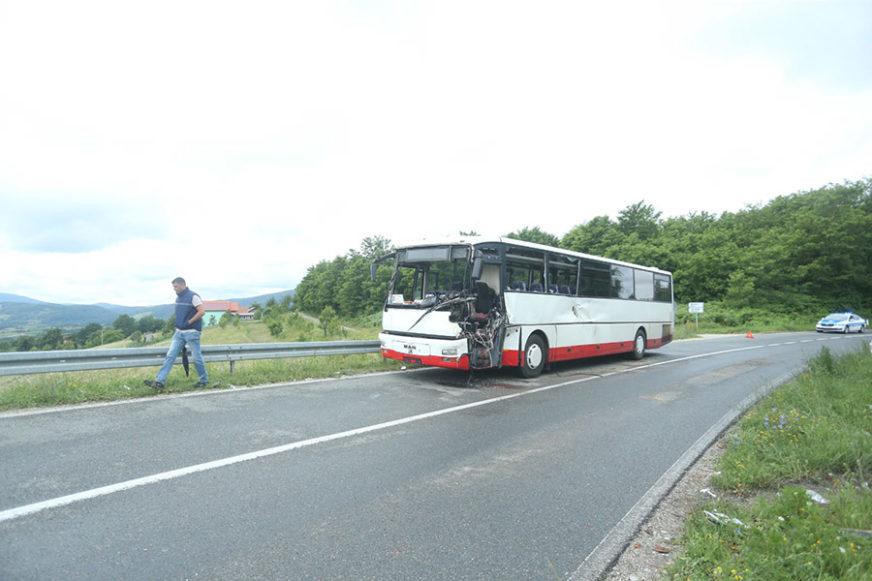 DETALJI STRAŠNOG SUDARA KOD BANJALUKE Prikolica kamiona povrijedila vozača autobusa i putnike