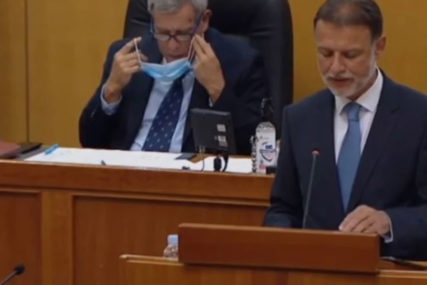 Usred sjednice dobio dojavu da je NAOPAKO STAVIO MASKU, njegova reakcija je HIT (VIDEO)