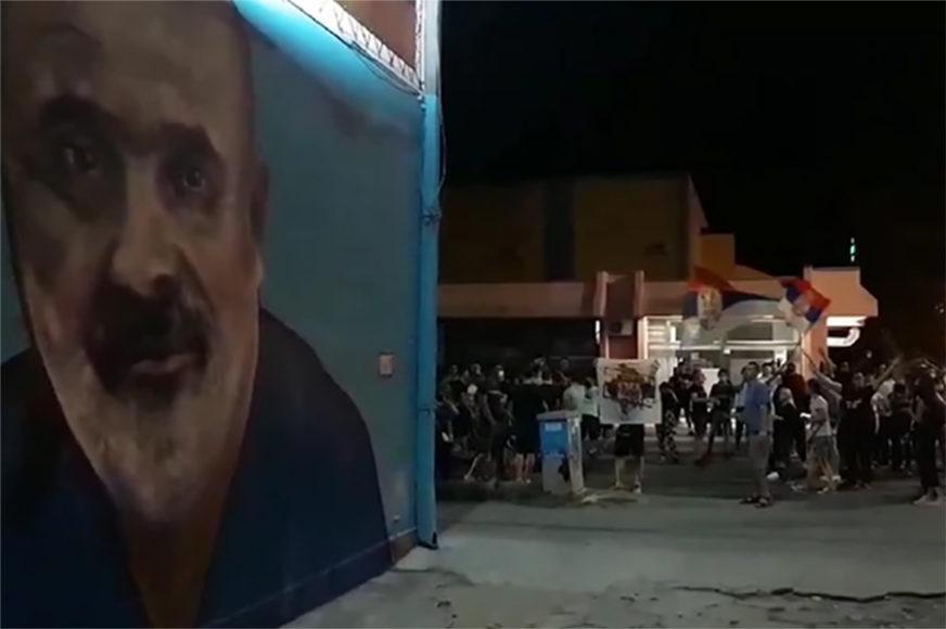 """GROMOGLASAN APLAUZ ZA HEROJA Nišlije ispred murala skandiraju """"doktore Laziću"""" (VIDEO)"""