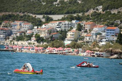 SRBI SE SPREMAJU ZA LJETOVANJE Stručnjaci upozoravaju da KORONA BUKTI u Crnoj Gori