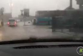 HAOS U KAKNJU Vatrogasci izvlače poplavljena vozila (VIDEO)