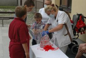 IZNENADILI MALIŠANE Čokoladna torta za djecu poklon policajaca