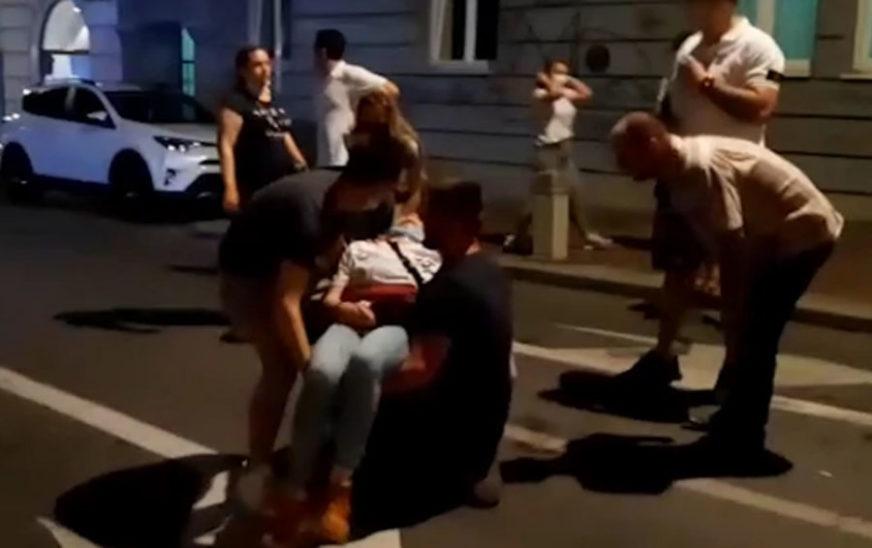 DRAMATIČNA SCENA NA PROTESTU Demonstranti pomažu djevojci u nesvijesti