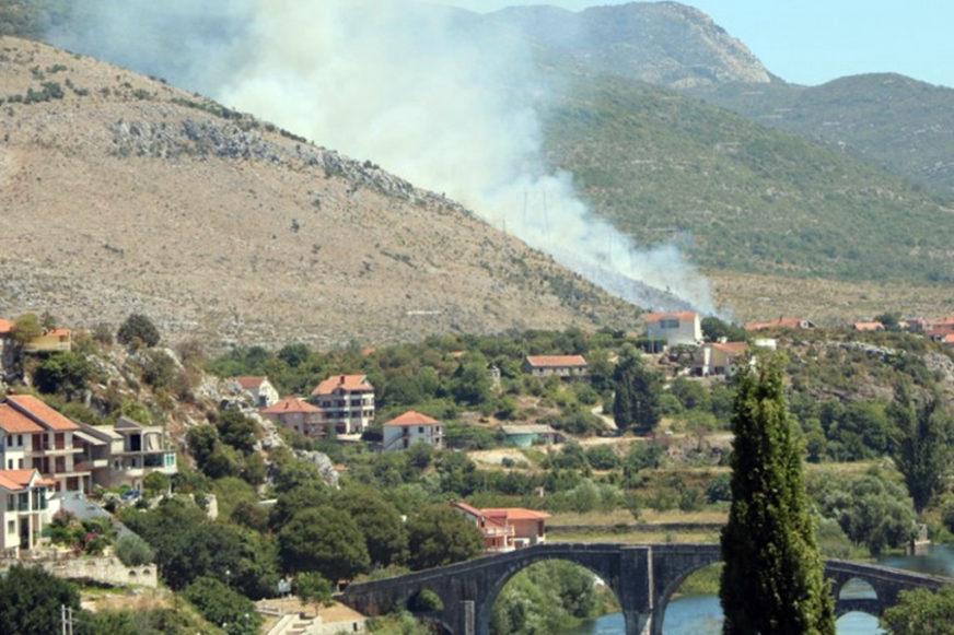 LJUDSKI FAKTOR UZROK I OVOG POŽARA Trebinjski vatrogasci se bore sa još jednom stihijom