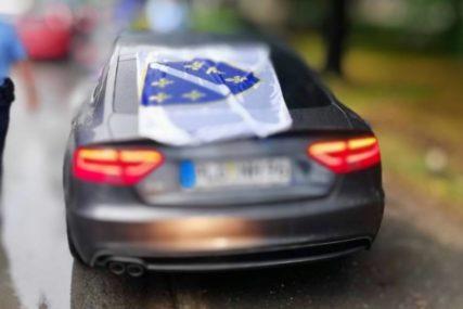 PROVOKACIJA Vozio se Banjalukom sa zastavom tzv. armije Republike BiH, pa DOBIO PREKRŠAJNI NALOG