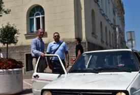 """""""GOLF 2 VOZI 60.000 GRAĐANA SRPSKE"""" Banjalučki SDS performansom odgovorio na prozivke"""