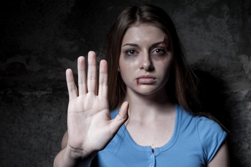 STRAŠNO Ženu iskasapio staklom, pesničio i šutirao, pa silovao, a sramno se brani pred sudom