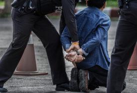 PRETUKLI ČOVJEKA NA PARKINGU Uhapšeni nasilnici, protiv tinejdžera (16) podnijeta krivična prijava