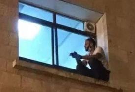 POTRESNO Penjao se na prozor bolnice da bi pazio na majku sve do njene smrti (FOTO)