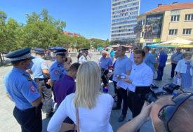 """""""NAŠLI MJESTO ZA SAKSIJE, NISU ZA LJUDE"""" Policija prekinula opoziciju tokom obraćanja"""