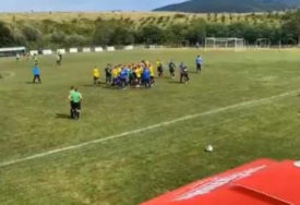 HAOS NA TERENU Masovna tuča fudbalera na prijateljskom susretu (VIDEO)