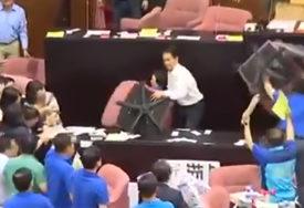 SIJEVALE PESNICE U PARLAMENTU Opozicija zauzela salu, poslanici se GAĐALI STOLICAMA (VIDEO)