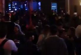 Alkohol, tuče i skidanje do gole kože: Britanci kraj karantina proslavili INAVZIJOM NA BAROVE (VIDEO)