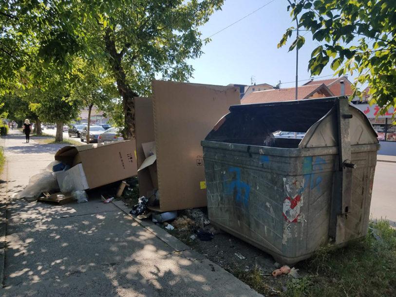 """STRAHUJEMO OD ZARAZE, A OVAKO BACAMO SMEĆE"" Gomila otpada na trotoaru u Banjaluci (FOTO)"