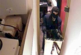 MASKIRAN UPAO U POŠTU Lopov uz prijetnju pištoljem ukrao novac