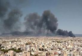 VATRENU STIHIJU GASI 50 VATROGASACA Veliki požar u fabrici za reciklažu u Atini (VIDEO)
