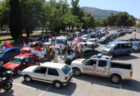 TREBINJCI PORUČILI DA NE DAJU SVETINJE Velika auto litija iz Trebinja krenula prema granici sa Crnom Gorom