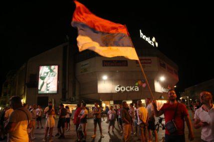 BANJALUKA SLAVI Srpske trobojke na ulicama, građani proslavljaju POBJEDU OPOZICIJE u Crnoj Gori (FOTO)