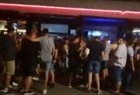 Nakon što je zabranjen rad kafića i noćnih klubova poslije 23 časa, mladi počeli da PRAVE ŽURKE I NA PUMPAMA (VIDEO)