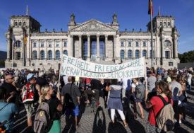 SMETAJU IM I MASKE U Berlinu povrijeđeno 18 policajaca na protestima protiv mjera (VIDEO)