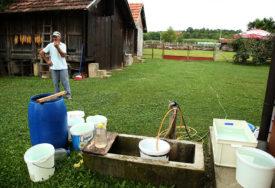 CIJELI SVIJET BRINE ZBOG KORONE, A ONI ZBOG VODE Stanovnicima Bronzanog Majdana ni kiša ne pomaže (FOTO)