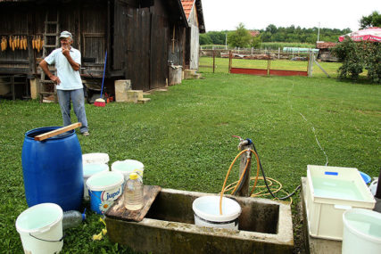 TOPLOTNI TALAS POVEĆAO POTROŠNJU Iz Vodovoda upozoravaju: Rasipanje vode selima donosi redukcije