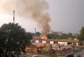 DRAMA USRED GRADA Požar u blizini skladište sa plinom, vatrogasci se bore sa vatrom (VIDEO)