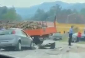 UDES KOD MILIĆA Sudar putničkog automobila i kamiona, otežan saobraćaj (VIDEO)