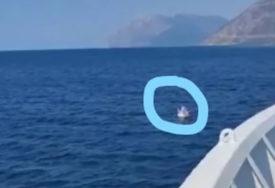 """""""KAZNITE RODITELJE"""" Ljudi u Grčkoj u šoku, dijete (3) otplutalo na otvoreno more na GUMENOM DUŠEKU (VIDEO)"""