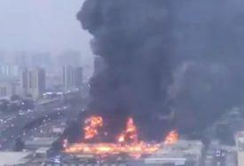 VATRENA BUKTINJA NA PIJACI Crni dim prekrio nebo iznad grada u Emiratima (VIDEO)
