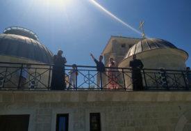 SA SUPRUGOM I SINOM OBILAZI ZNAMENITOSTI Princ Filip u posjeti Mostaru, Prebilovcima, Blagaju i Žitomislićima