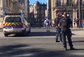 TALAČKA KRIZA NA SJEVERU FRANCUSKE Muškarac drži više osoba zarobljeno u banci