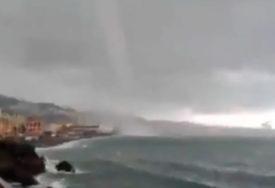 BUJICE SE SLIJEVALE NIZ ULICE Hibridna oluja iz Grčke pogodila Dalmaciju (VIDEO)