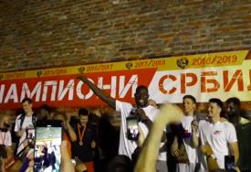 DELIJE SE OPRAŠTAJU OD PRIJATELJA Naučili su ga srpski, pjevali su zajedno (VIDEO)